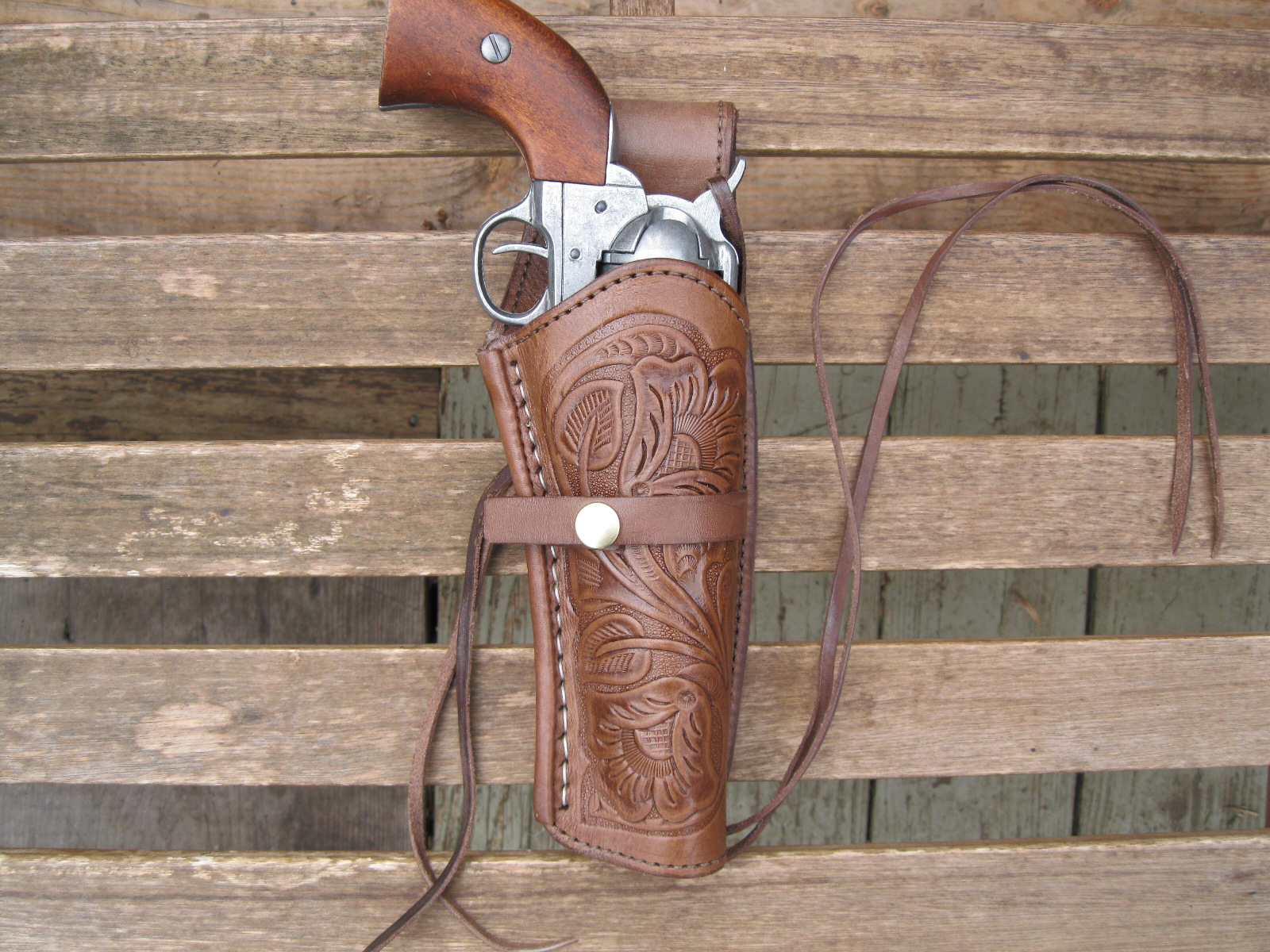 Offers a large variety of leather shoulder holsters